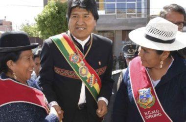01 nombre 2016, Oruro.- El presidente Evo Morales junto a la ministra de Medio Ambiente y Agua, Alexandra Moreira, en la firma de convenio para el embovedado del canal Tagarete Fase I, durante la sesión de honor por la fundación de la ciudad de Oruro. (Fotos: Freddy Zarco)